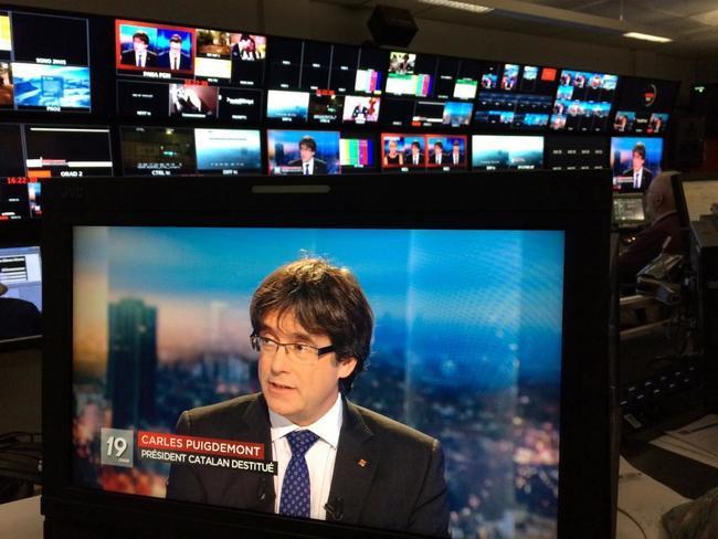 Carles Puigdemont, visto a través de un monitor durante la entrevista...