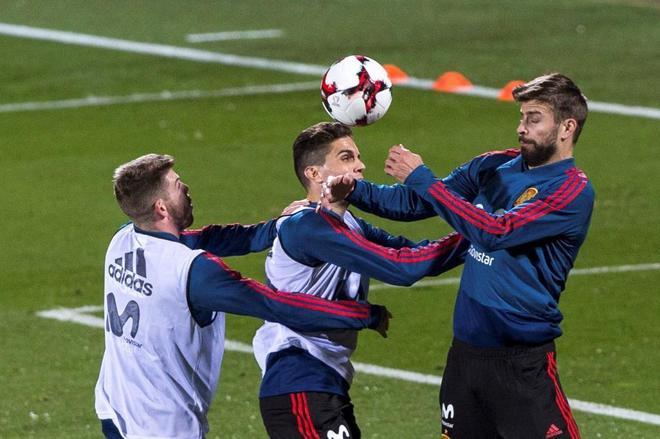 Alberto Moreno, Marc Bartra y Gerard Piqué durante el entrenamiento del lunes en Las Rozas.