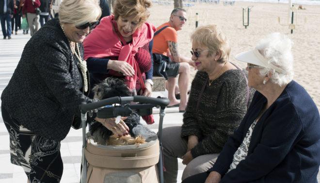 Un grupo de mujeres en el paseo marítimo de un municipio costero de la provincia de Castellón.