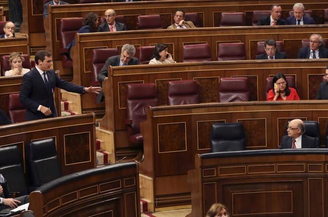 Albert Rivera se dirige al ministro Cristóbal Montoro en el Congreso...