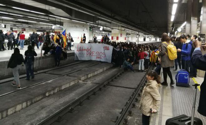 Independencia de Cataluña: Huelga general en Cataluña, en vivo | Cortan las  vías del AVE en la estación de Sants de Barcelona | EL MUNDO