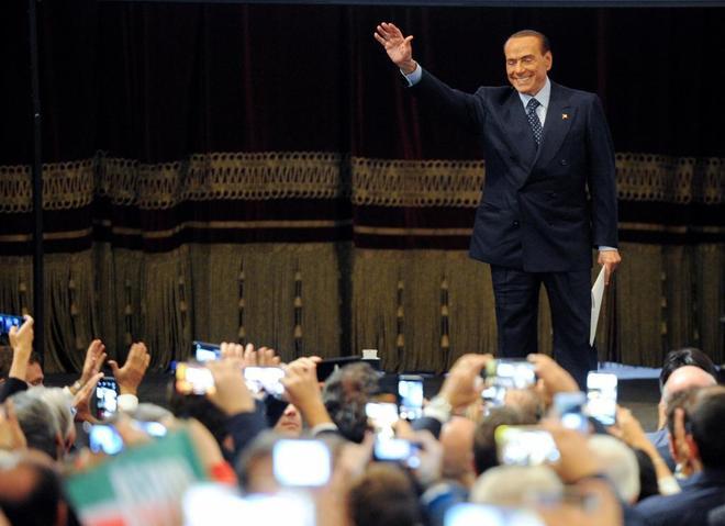 Berlusconi saluda a sus seguidores durante un mitin en Palermo, Italia.