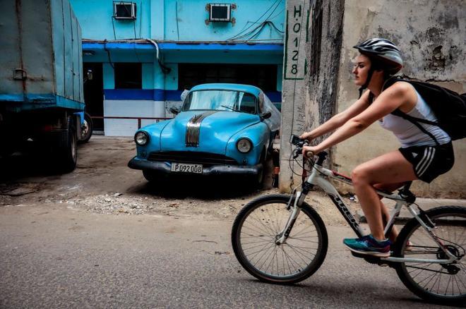 Una turista, en bicicleta en La Habana.