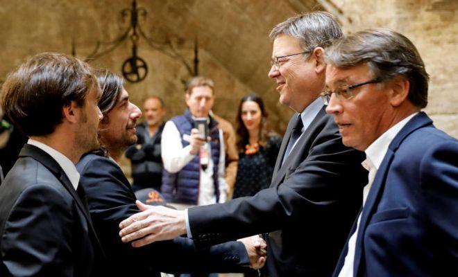 El presidente de la Generalitat, Ximo Puig, saluda a los hijos del piloto fallecido Ángel Nieto durante el acto de homenaje que se le ha rendido en el Palau.