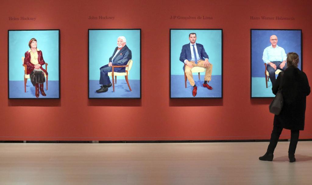 Una mujer observa los retratos de Hockney en el Guggenheim Bilbao.
