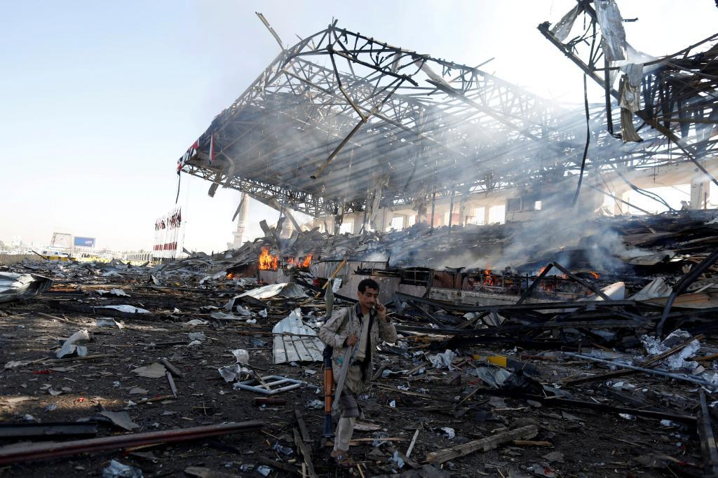 Un soldado hutí en una plaza de la ciudad de Saná totalmente destruida por los bombardeos.