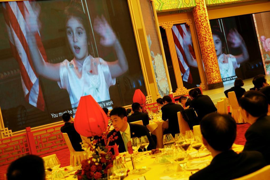 La nieta de Trump, Arabella Kushner, canta una canción tradicional china en un vídeo proyectdo en el brindis que el presidente de EEUU ofreció a Xi.