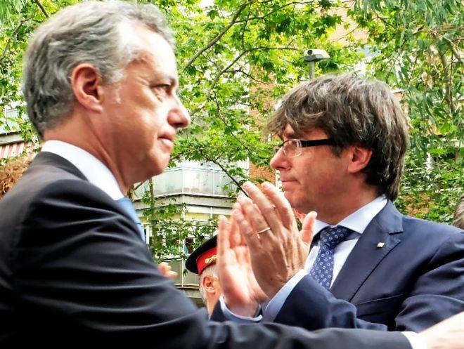 Iñigo Urkullu y Carles Puigdemont, en un acto en Barcelona el pasado...