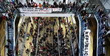 Manifestantes ocupan las vías de la estación del AVE en Girona...