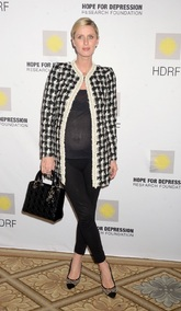 Nicky Hilton nos muestra como lucir una levita de 'tweed' y estar...