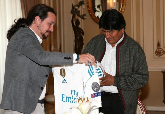 Pablo Iglesias entrega una camiseta con el nombre de Ronaldo y un...