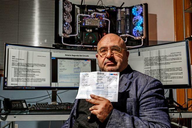 David R. Vidal, con el resguardo del envío por Seur de su denuncia.