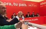 Miguel Iceta, en primer plano, y Pedro Sánchez, al fondo, hoy en el Comité Federal del PSOE.