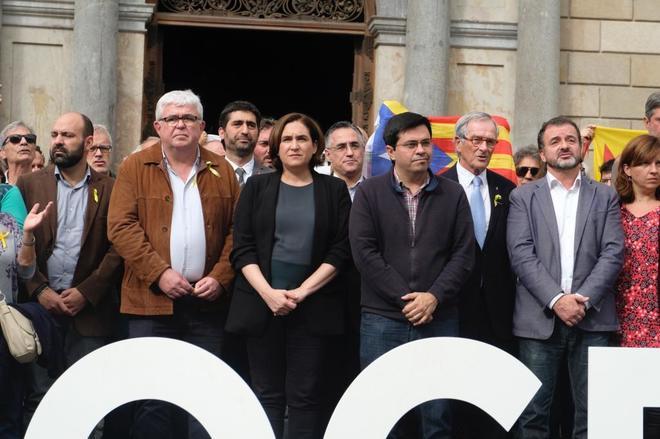 La alcaldesa Ada Colau en una concentración con los líderes de ANC y Òmnium Cultural para defender la democracia.