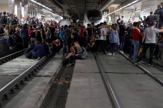 Varias decenas de manifestantes, la mayoría de ellos estudiantes, cortaron seis vías del AVE de la estación de Sants de Barcelona.