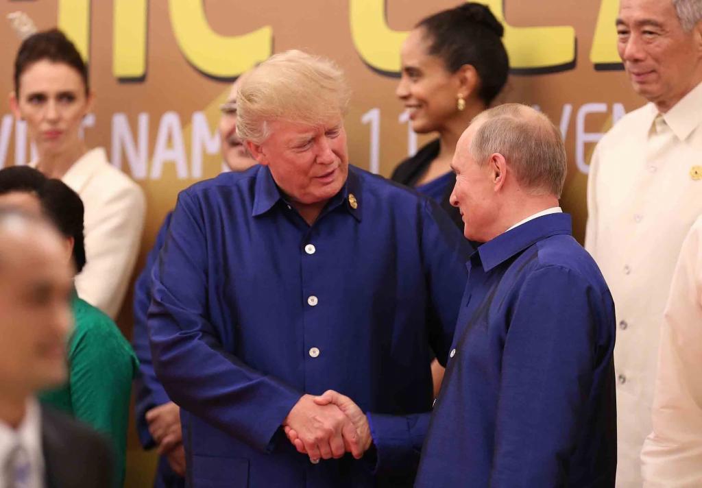 Trump y Putin estrechan la mano durante la cena de gala ofrecida en la cumbre de la APEC.