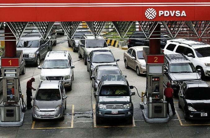 Cola para repostar en una gasolinera de Venezuela de la empresa estatal PDVSA.