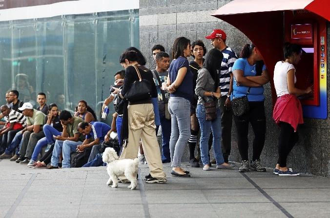 Cola para sacar dinero de un cajero automático en Caracas.