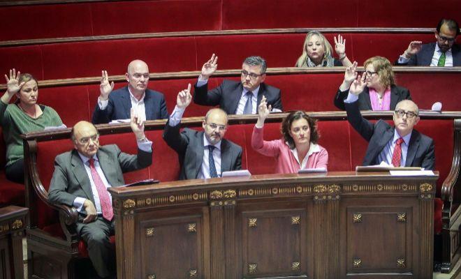 Los concejales del PP en Valencia votan en un peno.