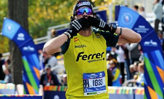 Miguel Ferrer a su llegada a la meta en la Maratón de Nueva York.