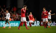 Niklas Bendtner se lamenta tras fallar una ocasión de gol.