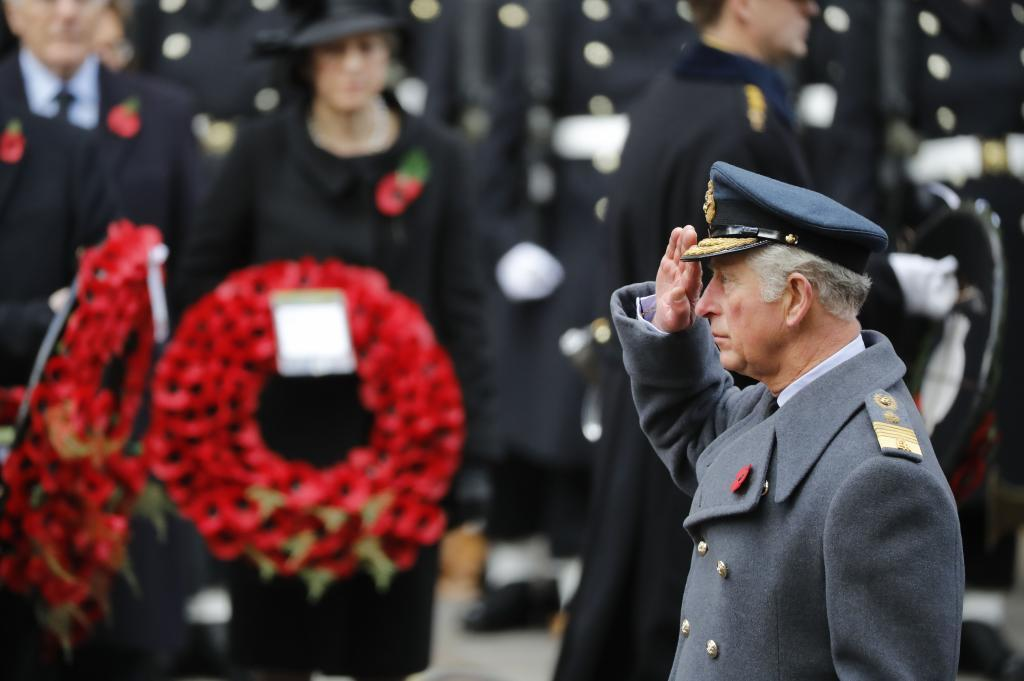 El príncipe Carlos coloca una corona de flores en el cenotafio de Londres.
