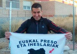 Iñaki Imaz posa, tras quedar libre, con una pancarta que reclama el...