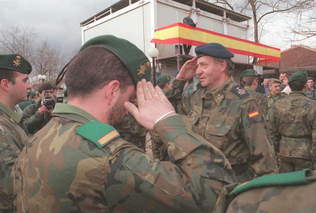 El Rey Juan Carlos saluda a las tropas españolas en Mostar el día de...