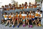 Niños del colegio Segària de El Verger (Alicante) con banderas...