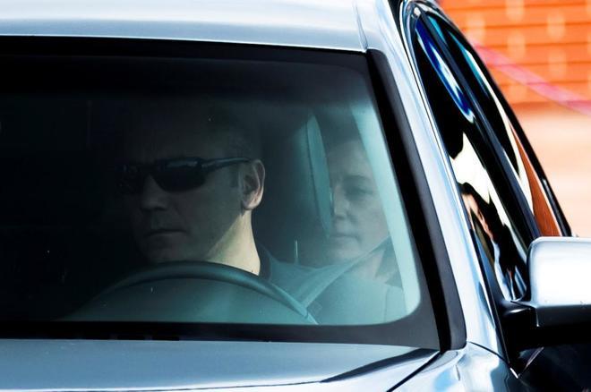 Carme Forcadell, sentada detrás en el coche, el pasado viernes tras salir de la cárcel de Alcalá Meco.
