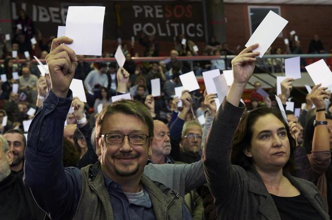 La alcaldesa de Barcelona, Ada Colau (d), y el cabeza de lista de los comunes, Xavier Domènech (i), durante la asamblea de Catalunya en Comú