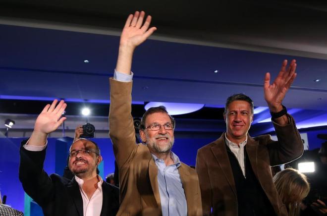 El presidente del Gobierno, Mariano Rajoy, junto al líder del partido en Cataluña, Xavier García Albiol (d), en un acto del PP celebrado ayer en Barcelona