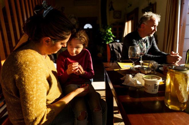 Nadia junto a sus padres en su casa de Lérida en noviembre de 2016.