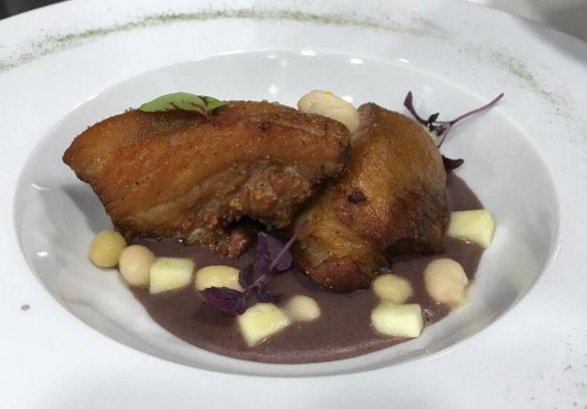 Papada de cerdo asada con crema de pochas de Arce.