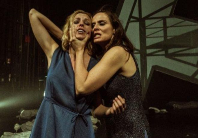 Maggie Civantos y Aitana Sánchez Gijón en 'Troyanas'.