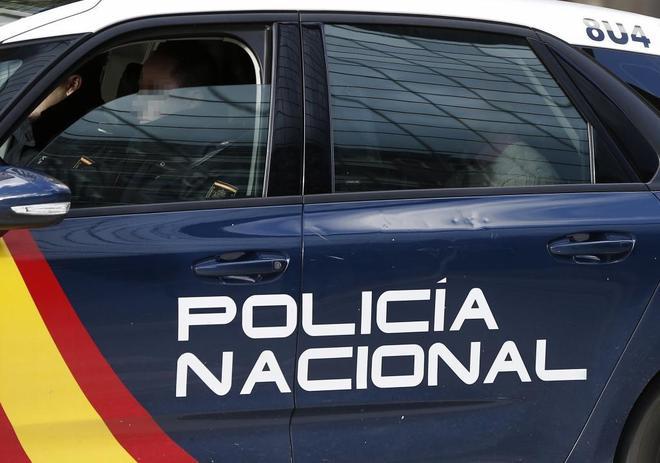 Un vehículo de la Policía Nacional abandonando ayer el Tribunal...