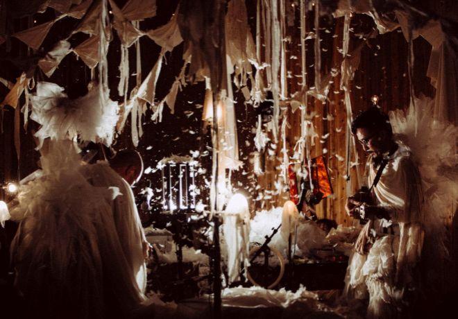 """Hipnótica escenografía. Un sastre """"fabrica"""" en directo los decorados..."""