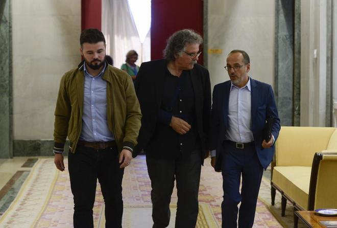 De izqda. a dcha. los diputados de ERC Gabriel Rufián y Joan Tardà y...