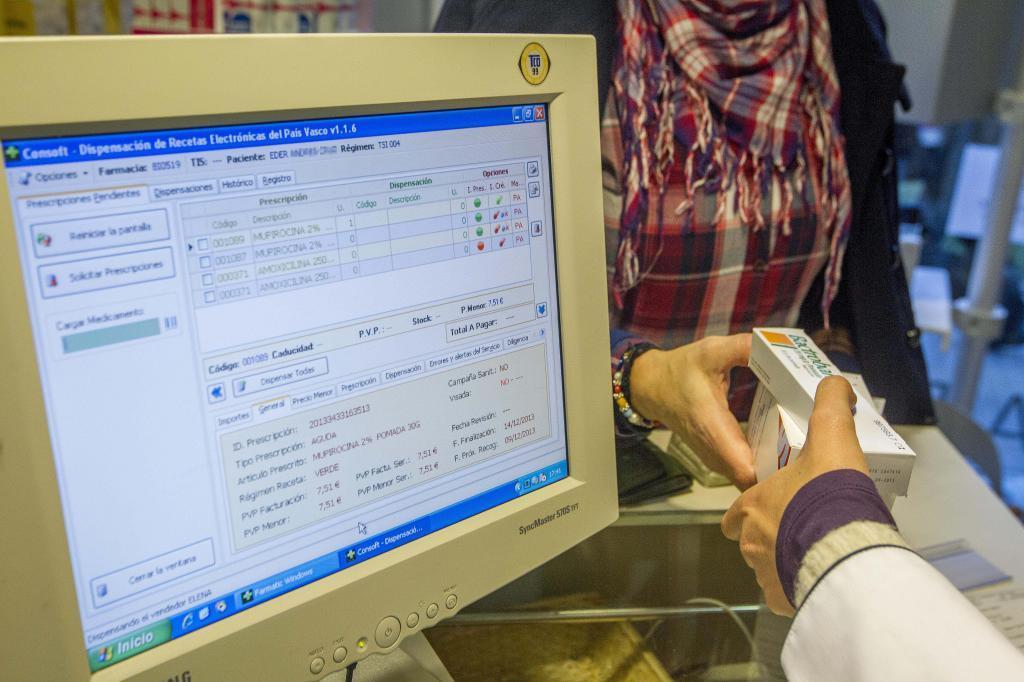 Una farmacéutica dispensa varios medicamentos en una farmacia en Bilbao.