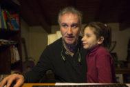 Nadia, junto a su padre en una imagen de archivo.