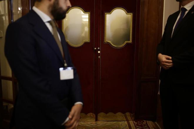 Escoltas de Mariano Rajoy esperan su salida de la zona de gobierno