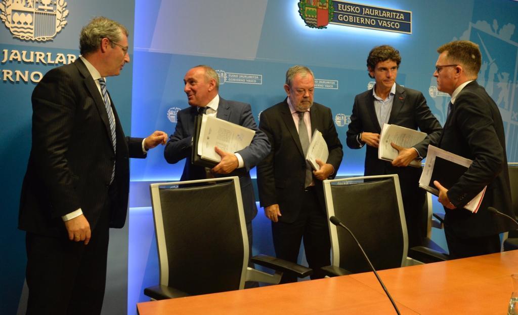 Los diputados generales y el consejero de Economía y Hacienda tras la última reunión del CVF.
