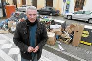 El diputadoDiego Cañamero, junto a un montón de basura en El Coronil durante la huelga.