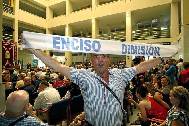 Un vecino de El Ejido exige la dimisión de Enciso en un pleno tras estallar el caso.