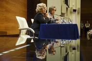 La alcaldesa de Madrid, Manuela Carmena, junto a la portavoz del PSOE, Purificación Causapié, en un acto.