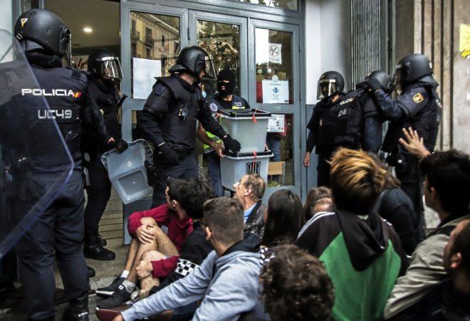 Actuación de la UIP en el colegio electoral Instituto Jaume Balmes el...
