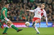Eriksen se dispone a marcar el segundo de sus tres goles frente a Irlanda en Dublín.
