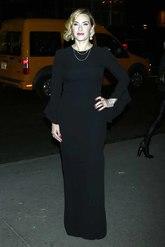 La protagonista del film lució un 'total look' en negro con un...