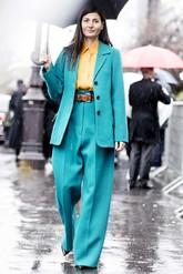 Giovanna Battaglia con 'blazer' azul y pantalón alto y ancho del...