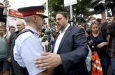 Oriol Junqueras habla con un agente de los Mossos d'Esquadra en el...